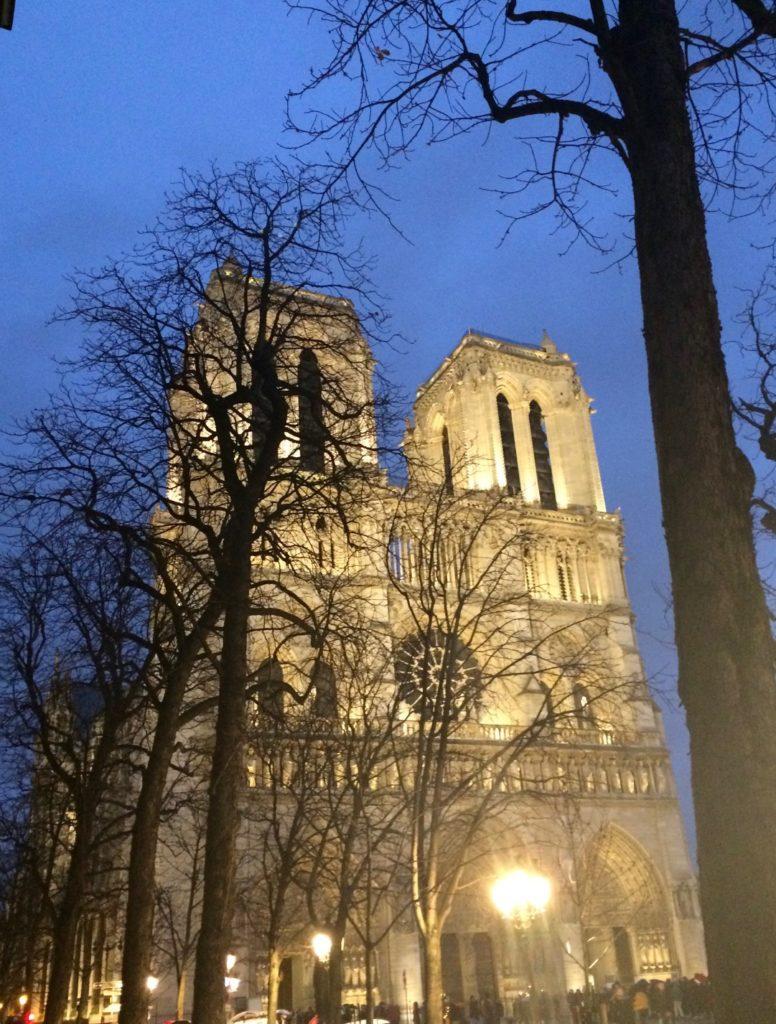Stanotte Notre-Dame brucia